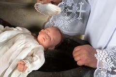 Priester, der Baby tauft stockbilder