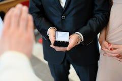 Priester, der die Ringe segnet Lizenzfreie Stockbilder