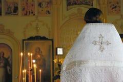 Priester in der orthodoxen Kirche Stockfotos