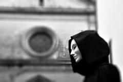 Priester der weißen Magie, Zauberer mit magische Maske geheimnisvollem Freimaurerhäuschen stockfotografie