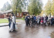 Priester die het aanbieden met gelovigen in suzdal, Russische federatie doen Royalty-vrije Stock Foto's