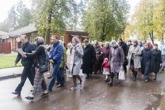 Priester die het aanbieden met gelovigen in suzdal, Russische federatie doen Stock Foto's