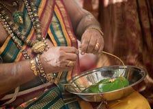 Priester die thali voorbereiden bij een Hindoes huwelijk van Ceylonese Royalty-vrije Stock Afbeeldingen