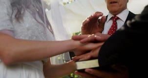 Priester die zegen geven aan bruid en bruidegom 4K 4k stock videobeelden
