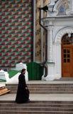 Priester in Drievuldigheid Sergius Lavra in Rusland Stock Fotografie