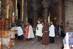 Priester am Eingang zum aedicula des heiligen Grabes, Jerusalem Lizenzfreies Stockfoto