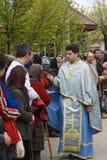 Priester en gelovigen Stock Afbeeldingen