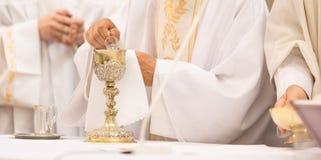 Priester ` Hände während einer Hochzeitszeremonie/einer Brautmesse stockbild