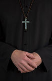 Priester, kruisbeeld en handen Royalty-vrije Stock Foto