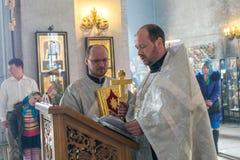 Priester lasen die heilige Bibel während der orthodoxen Hochzeitszeremonie Stockfotos