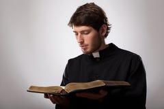 Priester mit heiliger Bibel stockfotografie