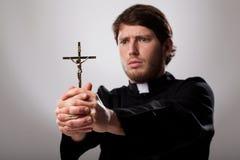 Priester mit Kreuz lizenzfreies stockbild