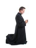 Priester mit Rosenbeet lizenzfreie stockfotografie