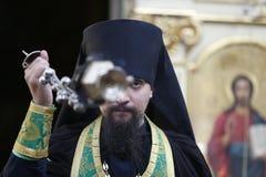 Priester mit Weihrauchgefäß stockfoto