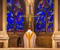 Priester-Praying Crucifix Stained-Glasheiliges Severin Church Paris France Lizenzfreies Stockbild