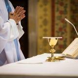 Priester tijdens een huwelijksceremonie Stock Fotografie