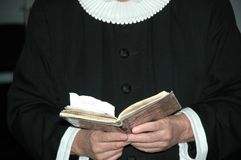 Priester und Bibel Stockfotografie