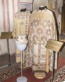 Priester und Diakon (liturgische Kleidungen) herein stockbilder
