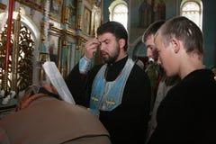 Priester und Gemeindemitglieder der orthodoxen Kirche Stockfotografie