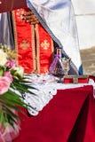 Priester während der Hochzeitszeremonie in Bucht St. PaulÂs auf Rhodos, GR stockfoto