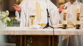 Priester während einer Hochzeitszeremonie lizenzfreie stockbilder