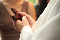 Priesterholdingkreuz in den Händen Lizenzfreies Stockfoto