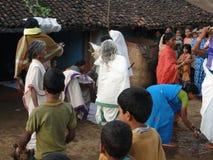 Priesterin kommt in einem kleinen Dorf an Lizenzfreie Stockfotografie