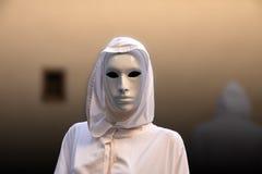 Priesterin und Zauberer mit geheimnisvollem Freimaurerhäuschen der magischen Maske Lizenzfreies Stockbild