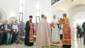 Priesterlicher Mantel Patriarch Kirill-Änderung an aller Heilig-Kirche in Straßburg stock video