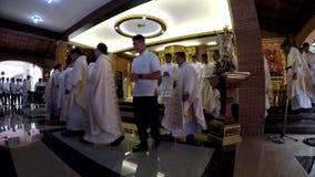 Priestermarsch in der Rezession nach heiliger Masse stock video