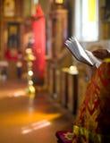 Priestermesswertbibel im Innenraum der orthodoxen Kirche Stockbilder