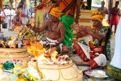 Priesters bezig bij Indische tempelceremonie stock afbeelding