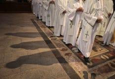 Priesters bij massa royalty-vrije stock afbeeldingen