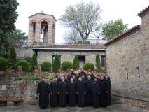 PRIESTERS IN HET GROTE METEORON-KLOOSTER, GRIEKENLAND Stock Afbeelding