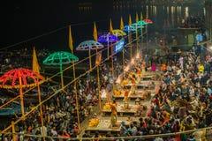 PRIESTERS TIJDENS EEN CEREMONIE IN VARANASI, INDIA royalty-vrije stock fotografie