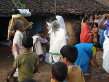 Priestess komt in een klein dorp aan Royalty-vrije Stock Fotografie
