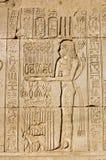 Priestess que oferece à deusa Maat imagem de stock