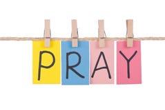 Priez, coup coloré de mots sur la corde image stock