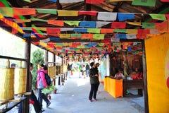 Priez le drapeau, village de minorité ethnique Photo stock