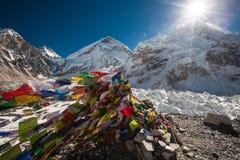 Priez les drapeaux dans le camp de base d'Everest Photos stock