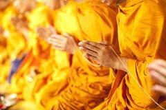 Priez, remontez les paumes des mains dans le salut Photographie stock