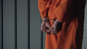 Prigioniero che cammina con le armi ammanettate dietro la parte posteriore, un altro trasferimento della prigione, il pericolo stock footage