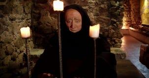 Prigioniero in un castello medievale stock footage