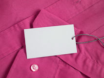 Prijskaartjemodel op rood overhemd Stock Foto's