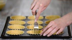 Prik de basis overal van het gebakjegeval met een vork Het maken van tartletsreeks stock videobeelden