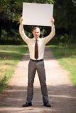 Prikbord van de holdings het lege van de mens stock afbeeldingen