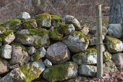 Prikkeldraad door een oude steenmuur royalty-vrije stock afbeelding