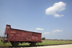 Prikkeldraad en barakken in kamp Auschwitz Stock Foto
