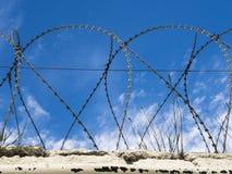 Prikkeldraad op een gevangenisomheining Royalty-vrije Stock Foto