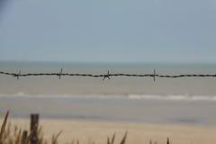 Prikkeldraad op een strand in Frankrijk Stock Foto